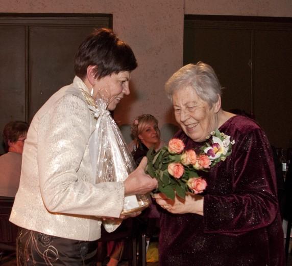 Teātra 125. jubileja. Inta Kalniņa pateicas Zigrīdai Gulbei par veikumu teātrī.