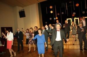 Ausekļa Limbažu teātra kolektīvs pacilātā garastāvoklī dodas pie skatītājiem saskandināt paceltos svētku kausus
