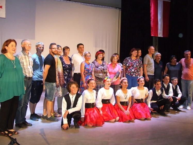 Haragauli teātrī pirmajā vakarā mūs sveica gan pilsētas vadība, gan bērnu deju kolektīva dalībnieki