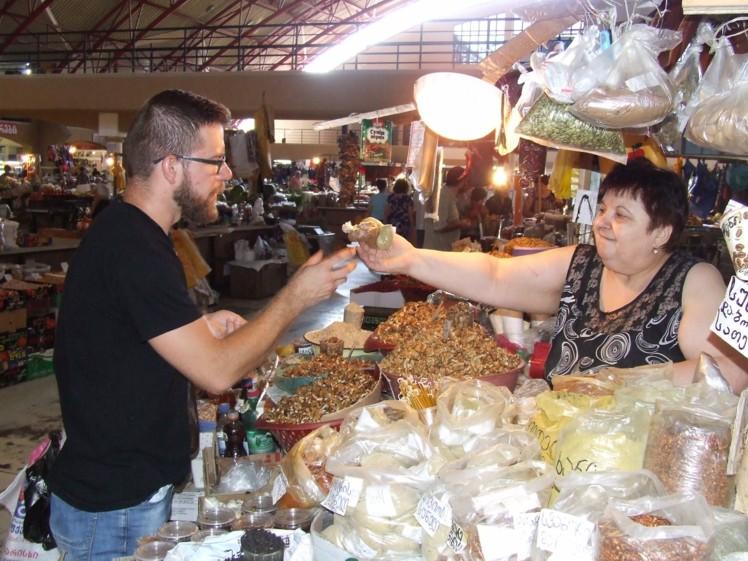 Nenoliedzami īpaša atmosfēra valda Gruzijas tirgū. Te nav stikla vitrīnu un cenu zīmju, nav veikalnieciskās gaisotnes kā Rīgā. Zestafoni pilsētas tirgū vispievilcīgākie šķita garšvielu galdi ar reibinošām smaržām, asām garšām un jaukām pārdevējām.