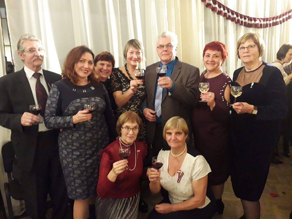Ilona Putniņa (vidū) kopā ar daļu apsveicēju.
